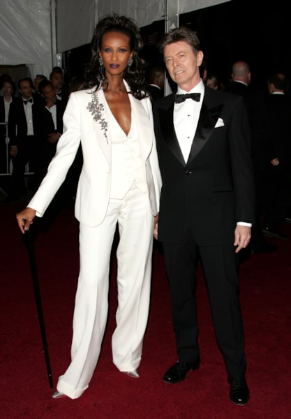 """NEW YORK - MAY 07:  Model Iman (L) and musician David Bowie attend the Metropolitan Museum of Art Costume Institute Benefit Gala """"Poiret: King Of Fashion"""" at the Metropolitan Museum of Art on May 7, 2007 in New York City.  (Photo by Peter Kramer/Getty Images)"""
