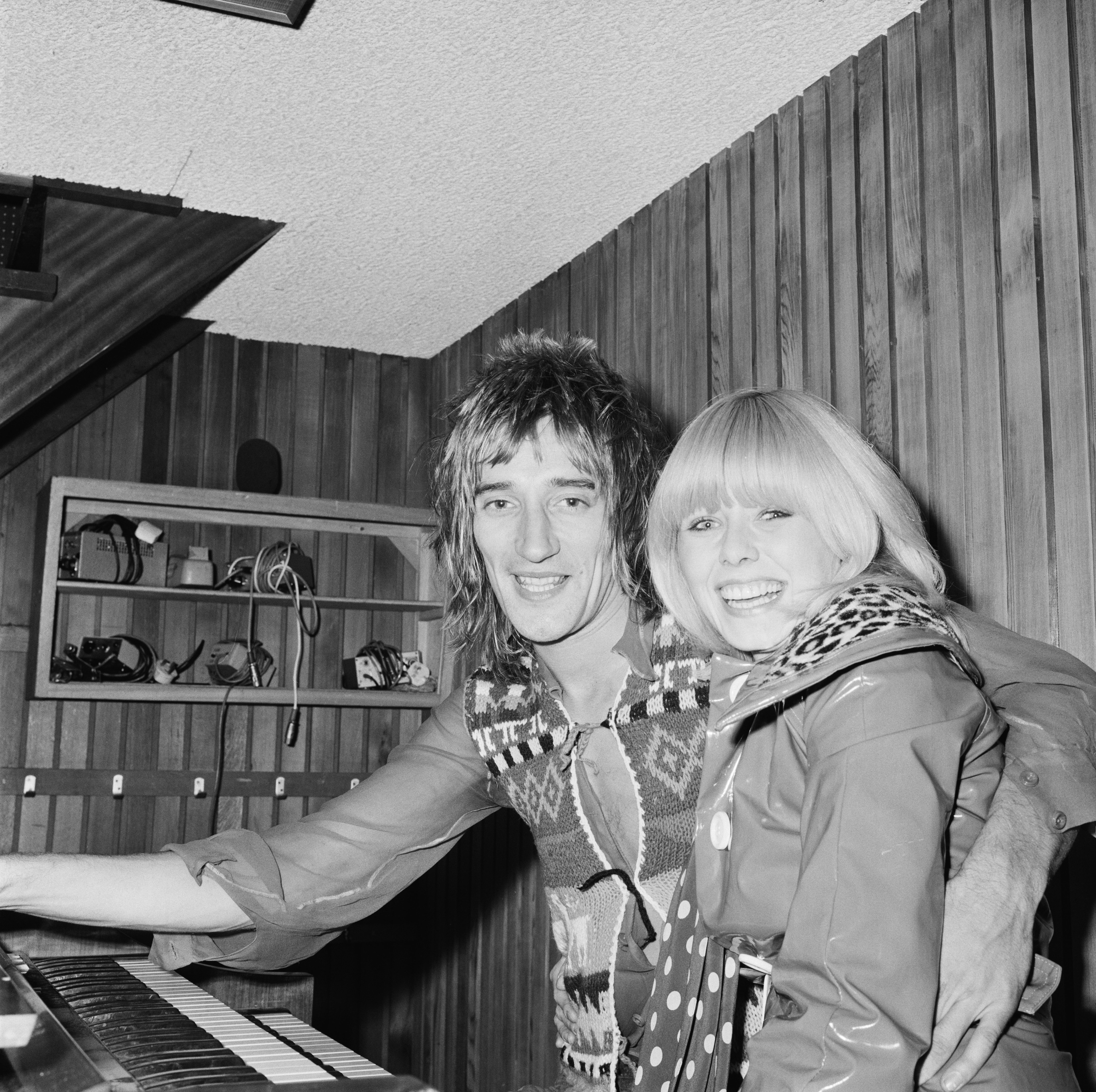 British rock singer and songwriter Rod Stewart with his girlfriend Kathy Simmonds, UK, 8th November 1973. (Photo by Pierre Manevy/Daily Express/Hulton Archive/Getty Images)